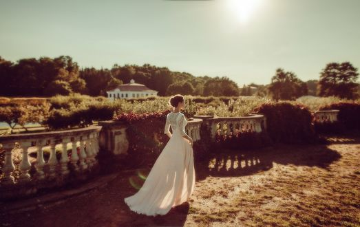 Обои Девушка в белом платье совершает прогулку по парку в Петергофе / Peterhof (Петродворец), фотограф Анна Гребенник