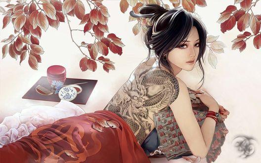 Обои Девушка с татуировкой дракона на спине, лежит на полу, рядом лежат косметические принадлежности, ветка с листьями опускается вниз, в руках девушки, фрагмент доспехов, игра JX Online