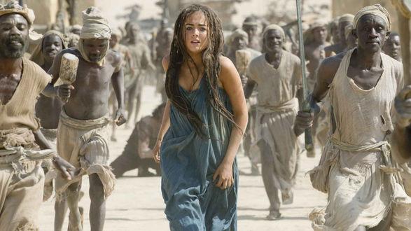 Обои Актриса Камилла Белль / Camilla Belle, с длинными волосами и в синем платье, бежит в толпе африканских мужчин, фильм 10 000 лет до нашей эры