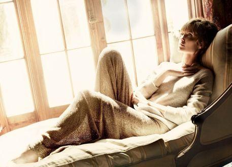 Обои Актриса Анджелина Джоли / Angelina Jolie, грустит лежа на софе