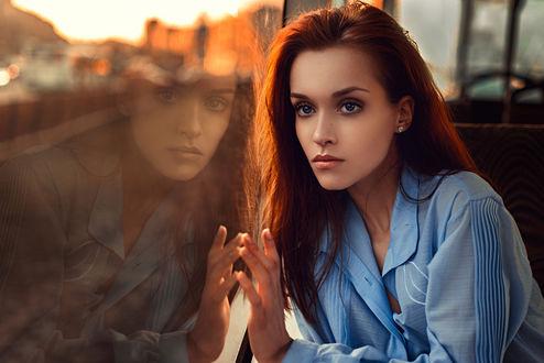 Обои Отражение красивой девушки в окне электрички