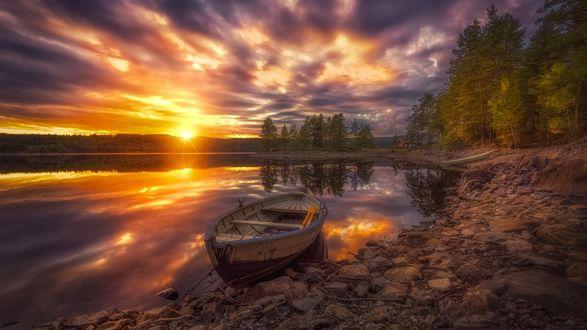 Обои Причаленная лодка у каменистого берега, Рингерике, Норвегия