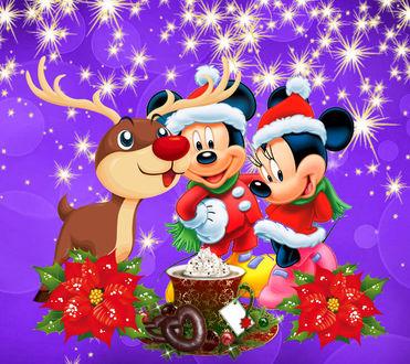 Обои Новогоднее настроение, мультяшные герои Микки Маус и Минни Маус, вместе с оленем, стоят у чашки с напитком и зефиром сверху и цветами