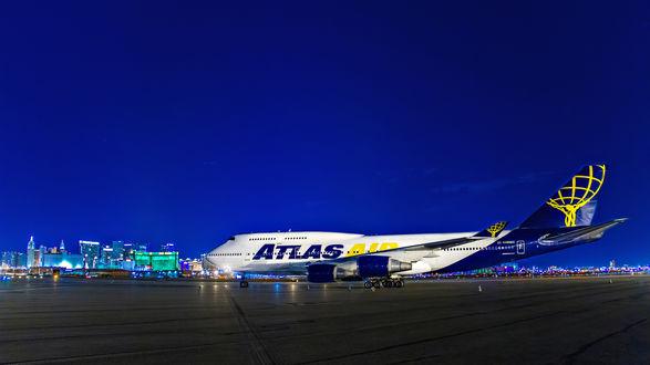 Обои Боинг 747 в ночном аэропорту