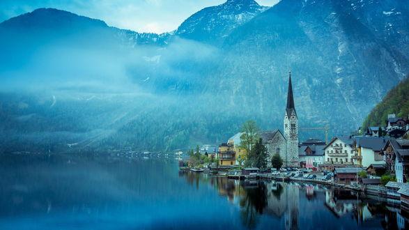 Обои Туманное утро в маленьком городке у озера в горах