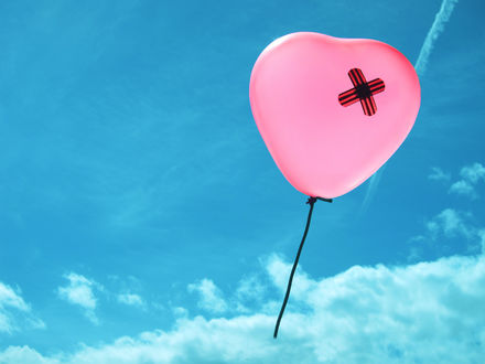 Обои Шарик в виде заклеенного сердечка, летит в облаках