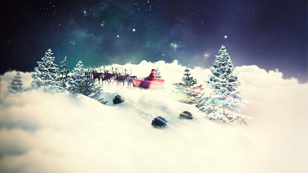 Обои для рабочего стола Дед Мороз мчится на санях запряженными оленями по заснеженному лесу
