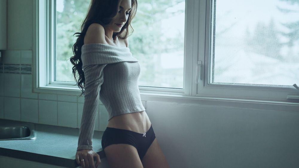 На кухне у окна эротика фото 457-29