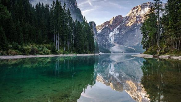 Обои Небольшое горное озеро окруженное деревьевьями