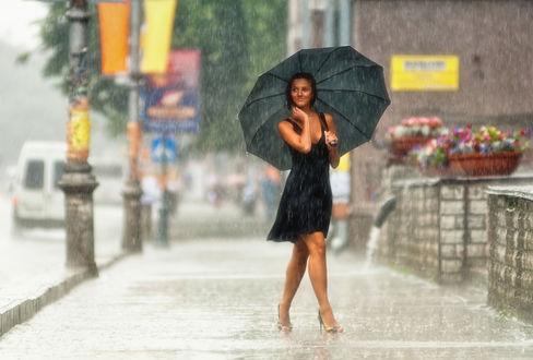 Обои Счастливо улыбающаяся девушка идет под слепым летним дождиком по улице мимо корзин цветов
