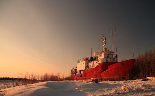 Обои Красно - белый корабль на зимней стоянке