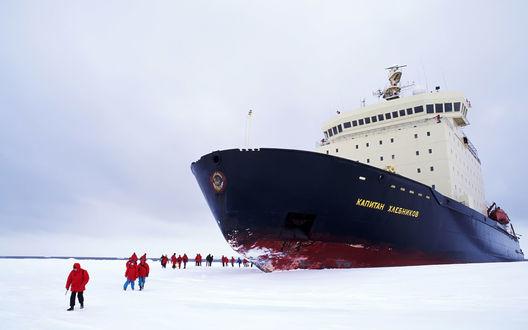 Обои Большой корабль и люди, которые проводят полярную экспедицию