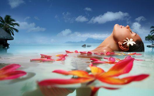 Обои Девушка лежит в воде среди цветов на фоне голубого неба