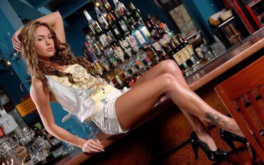 Обои Девушка, сидящая на стойке бара