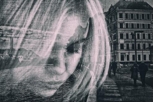 Обои Портрет девушки на фоне города