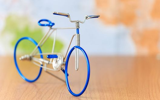 Обои Интересная мини копия велосипеда из проволоки