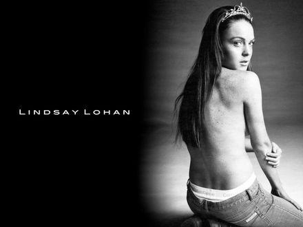Обои Актриса Lindsay Lohan / Линдсей Лохан сидит спиной в короне