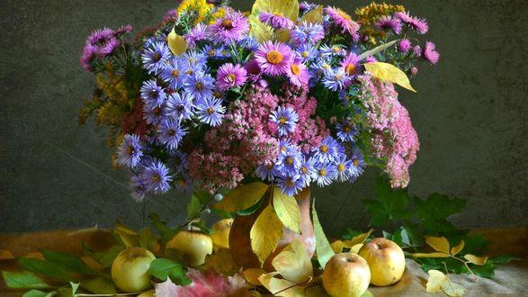 Обои Букет цветов в вазе, рядом лежат яблоки