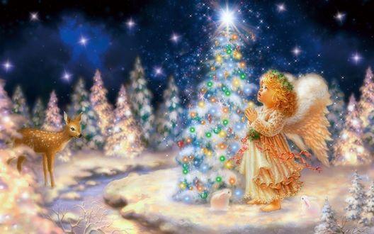 Обои Милый ангелок стоит возле рождественской елки