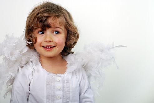 Обои Ребенок в костюме ангела на белом фоне