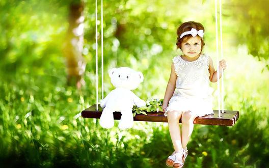 Обои Девочка сидит на качелях с игрушечным белым мишкой