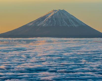 Обои Япония / Japan, вулкан Фудзи / Fuji над облаками