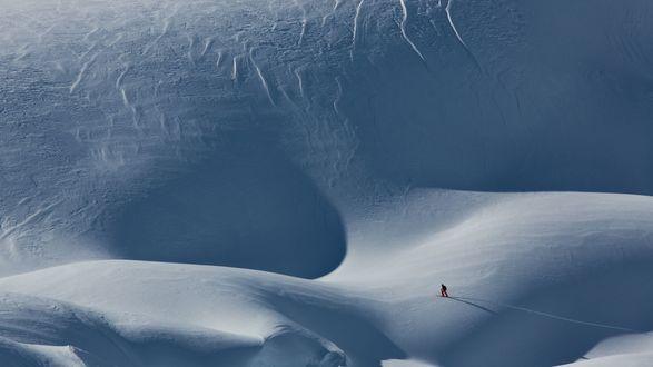 Обои Сноубордист в заснеженных Альпийских горах