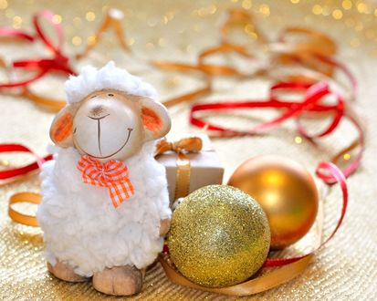 Обои Игрушечная овечка рядом с елочными игрушками
