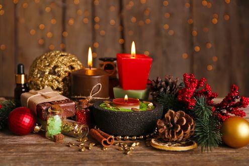 Обои Новогодний Spa набор, зажженные свечи, шишки, шары и ароматическое масло