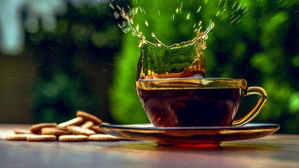 Обои Чай в прозрачной чашке, рядом печенье