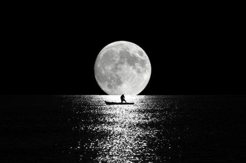 Обои Мужчина в лодке на воде, на фоне полной луны