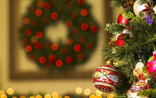 Обои Шары и фигурки на елке, на размытом фоне рождественский венок