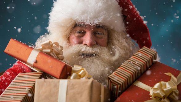 Обои Добрый Санта с подарками в руках