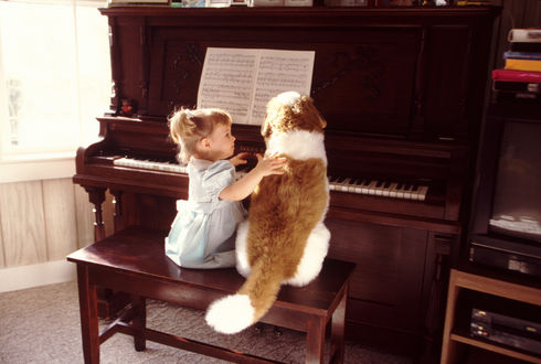 Обои Девочка и собака за пианино
