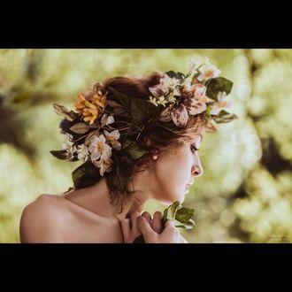 Обои Портрет девушки в профиль, прическа девушки украшена разными цветами, модель Марианна Басманова, фотограф Роман Фабров