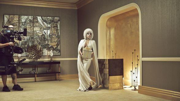 Обои Счастливого Рождества позируя перед камерой желает эпатажная певица и актриса Леди Гага (Lady Gaga)