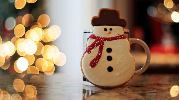 Обои Снеговик за кружкой на размытом фоне