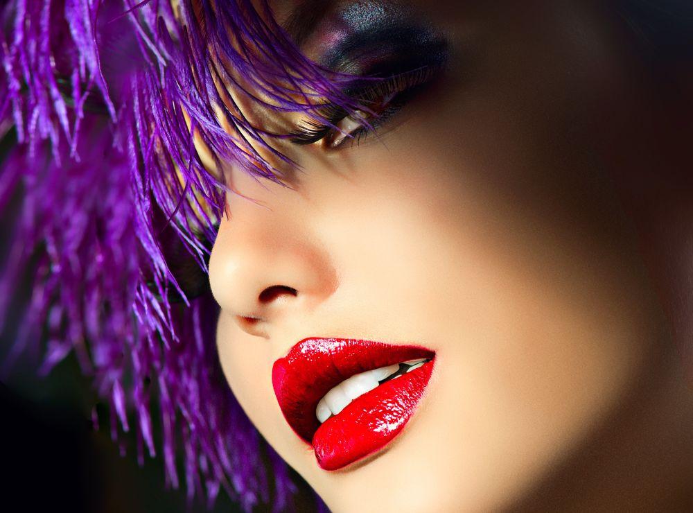 эро фото с красной помадой на губах