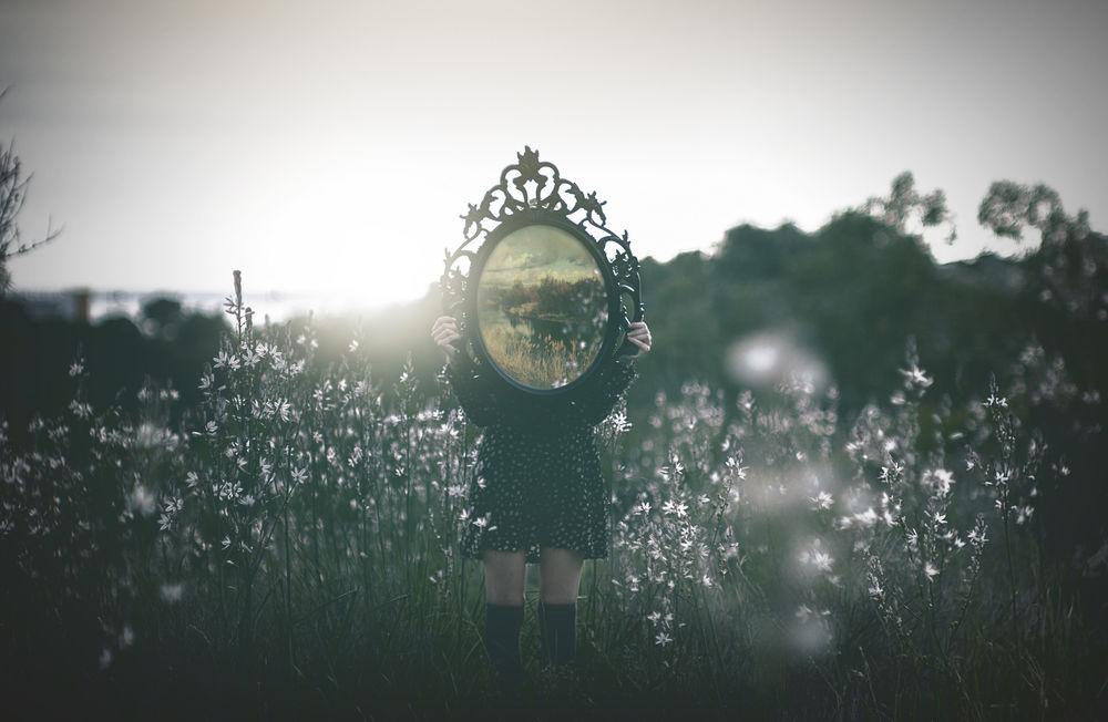 картинки девушка с зеркалом