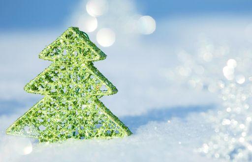 Обои Новогодняя игрушка в виде зеленой елочки на снегу