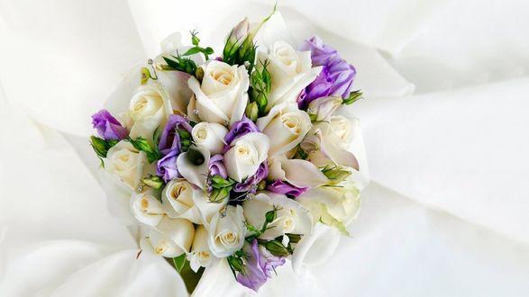 Обои Букет роз на белой материи