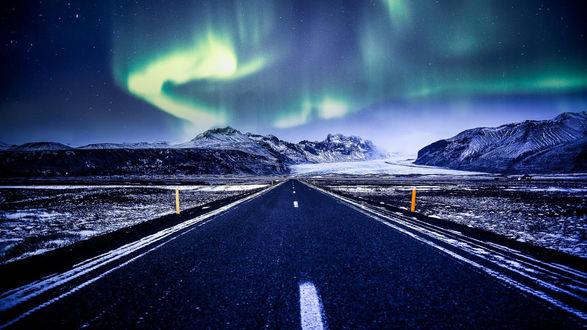 Обои Северное сияние над дорогой в Исландии