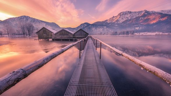 Обои Деревянный мост к домикам на сваях