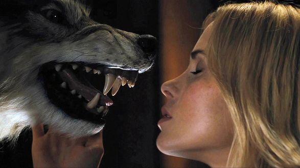 Обои Анна Хатчисон перед мордой оскалившегося волка, эпизод фильма Хижина в лесу / The Cabin in the Woods/