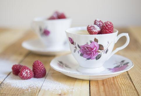 Обои Чашки с ягодами малины