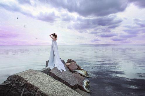 Обои Девушка в белом платье стоит на камнях у моря, в небе парят чайки, фотограф Юлька Белецкая