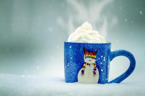 Обои Голубая чашка с изображением снеговика со сливками в ней, ву Jonathan Goforth