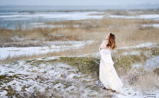Обои Девушка в белом платье и с белой шалью стоит на занесенной снегом земле у лимана, фотограф Александр Друкар