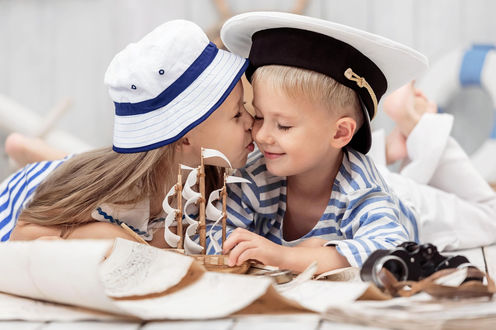 Обои Девочка целует мальчика
