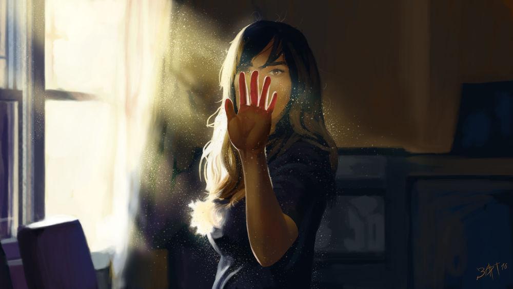 Фото руки девушки перед монитором